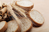 Pan fresco aislado sobre un fondo marrón claro. — Foto de Stock