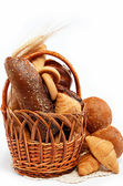 Fresh bread in the basket fully isolated. — Stock fotografie