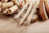 čerstvý chléb izolovaných na světle hnědé pozadí. — Stock fotografie