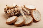 Taze ekmek üzerinde bir açık kahverengi renkli izole. — Stok fotoğraf