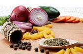 здоровое питание. свежие овощи на белом фоне. — Стоковое фото