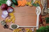 Armature faite d'épices et de légumes sur une table en bois. — Photo
