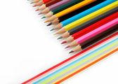 карандаши цветные на белом фоне. — Стоковое фото