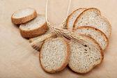 光茶色の背景に分離した焼きたてのパン. — ストック写真