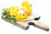 желтый перец и петрушку на деревянной доске изолированные. — Стоковое фото