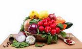 健康食品。新鮮な野菜と果物木製のテーブル. — ストック写真