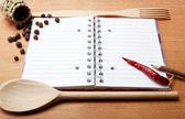 Anteckningsbok för recept och kryddor på träbord — Stockfoto