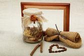 Srdce kávová zrna na lněné plátno. — Stock fotografie