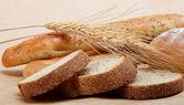Pão fresco isolado em um fundo marrom claro. — Foto Stock