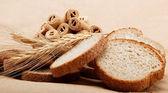 čerstvý chléb na světle hnědé pozadí. — Stock fotografie