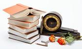 Stoh knih a starožitné hodiny na bílém pozadí. — Stock fotografie