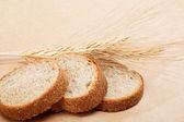 свежий хлеб на фоне светло коричневый. — Стоковое фото