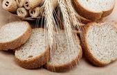光茶色の背景に焼きたてのパン. — ストック写真