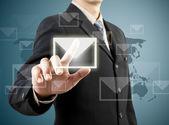Podnikatel ruka tlačí mail znamení — Stock fotografie