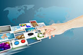 Hand en afbeeldingen streamen als sociale media concept — Stockfoto