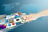 Mão e imagens streaming como o conceito de mídias sociais — Foto Stock