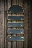 グランジ ウッドの背景に掛かっている木製の空白部分木看板 — ストック写真