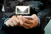 Işadamı dokunmatik akıllı telefon el ile sosyal ağ e-posta — Stok fotoğraf