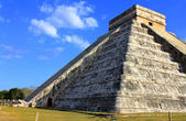 Mayan pyramid over blue sky at equinox day Chichen Itza — Stock Photo