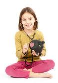 小女孩用听诊器和猪存钱罐 — 图库照片