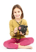 Küçük kız stetoskop ve kumbara — Stok fotoğraf