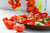 Healthy salad made ​​of tomatoes in the garden — Stock Photo