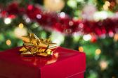 Öppna julklapp på julgran bakgrund — Stockfoto