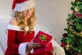 Рождественский подарок, дерево и красивая молодая женщина — Стоковое фото