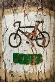 Bicycle symbol on the tree as tourist track — Stock Photo