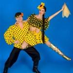 giovane coppia in costumi nazionali russi ballando nello studio — Foto Stock