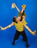 对年轻夫妇在俄罗斯的民族服装,在工作室中跳舞 — 图库照片
