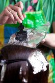 Close-up de um cabeleireiro pintar cabelo usando o aluminimum da folha — Fotografia Stock