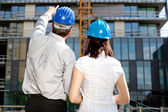 Construction engineer pointing on an area of the building on con — Stock Photo
