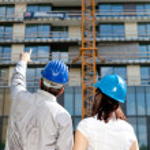 stavební inženýr, ukazující na výměře budovy na kon — Stock fotografie