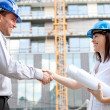 Construction engineers shaking hands at the construction site. S — Stock Photo