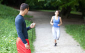 Personal trainer timing a female runner. Selective focus. — Foto Stock