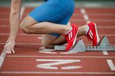 Gedetailleerde weergave van een atleet in de startblokken — Stockfoto