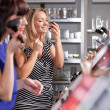 A couple of women enjoy themselves in a beauty store — Stock Photo