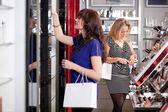 женщины покупают в магазине красота косметика — Стоковое фото