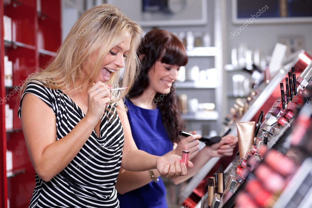 Cheerful women buying cosmetics in a beauty store — Stock Photo #9813984