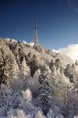 在冬季风景电视发射机 sitno — 图库照片