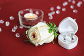 Wedding decorative feather rose and golden rings — Stock Photo