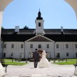 Wedding couple in the courtyard of the castle — Stock Photo