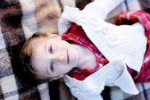 Kinder mädchen auf plaid in einem garten liegen — Stockfoto