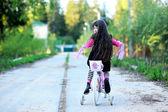 Fina lilla flicka rider hennes rosa cykel — Stockfoto