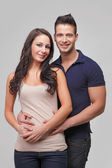 Heureux jeune couple souriant — Photo