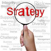 стратегия, слово в увеличительное стекло, бизнес фон — Стоковое фото