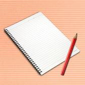 Lápiz y cuaderno de página abierta. — Foto de Stock