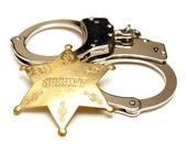 şerif rozeti ve kelepçe — Stok fotoğraf