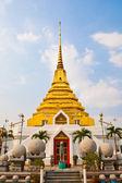 Gouden pagode voor een paard te wachten voor een verticale foto — Stockfoto